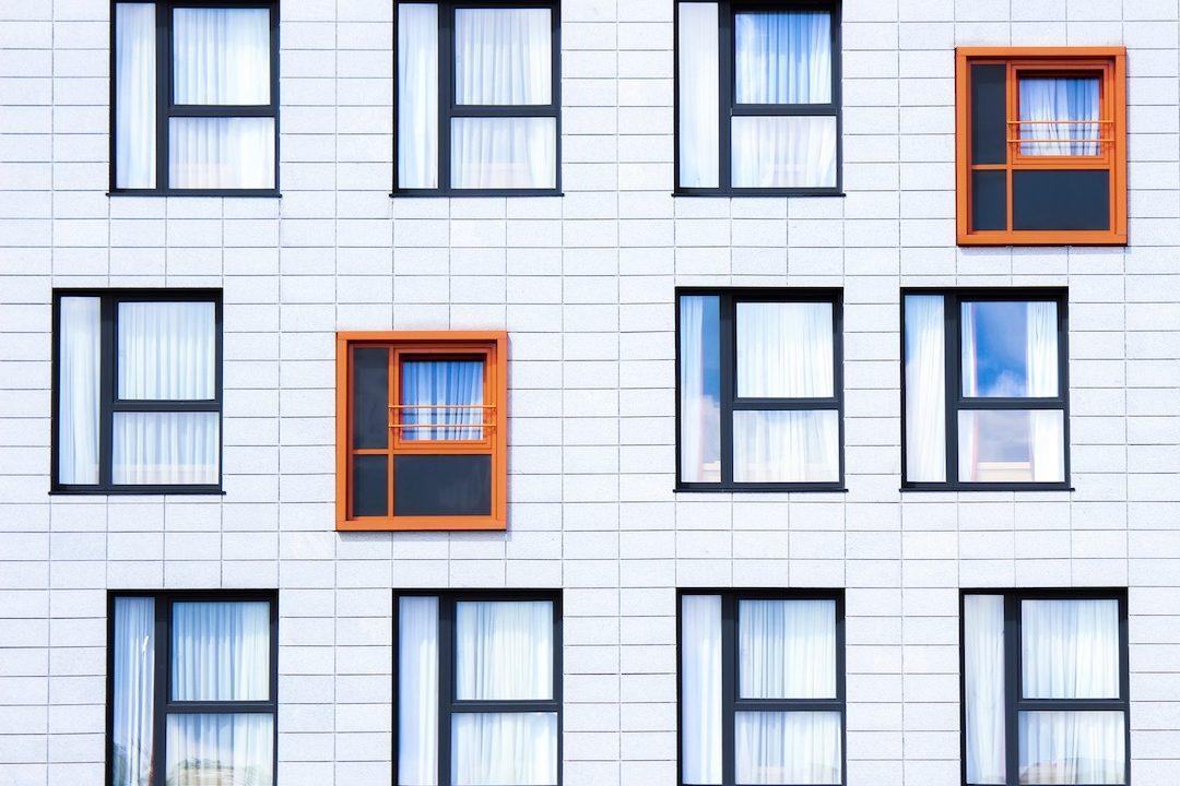 https://climalit.es/blog/wp-content/uploads/2017/02/Ahorrar_electricidad_cambiando_las_ventanas-1080x720.jpeg