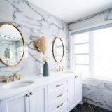 baño de marmol con amplios ventanales