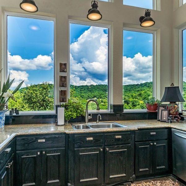 Coloca en tu cocina un fregadero delante de la ventana